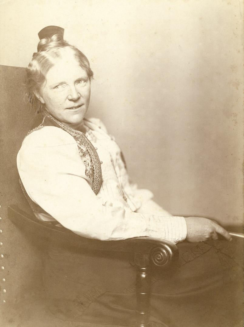 1b. N. Perscheid: Portræt af Anne Marie Carl-Nielsen. (1904). Fotografi.