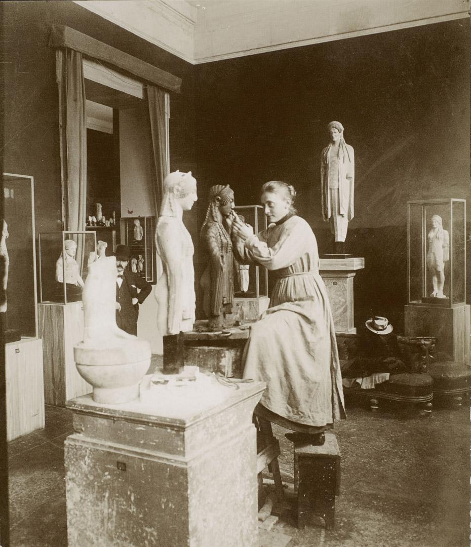 2. Ubekendt fotograf: Ingrid Kjær i færd med at modellere en kore-figur på Akropolis Museum. (1901). Fotografi.