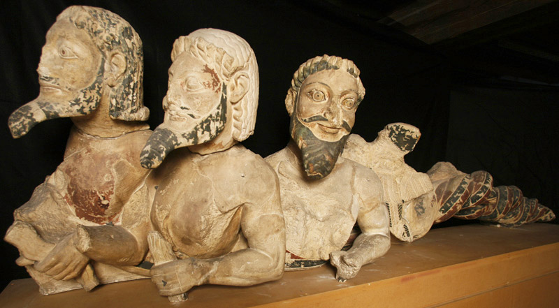4. Anne Marie Carl-Nielsen (1863-1945): Typhon. Kopi af arkaisk græsk skulpturgruppe fra Athenetemplet på Akropolis, ca. 570 f.Kr. (1905). Gips, bemalet.