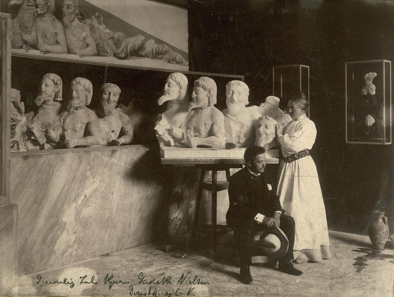 5. Dr. Schrøder, Altes Museum, Berlin: Carl Nielsen og Anne Marie Carl-Nielsen fotograferet på Akropolismuseet i Athen foran Anne Marie Carl-Nielsens kopi af Typhon. (1903). Fotografi.